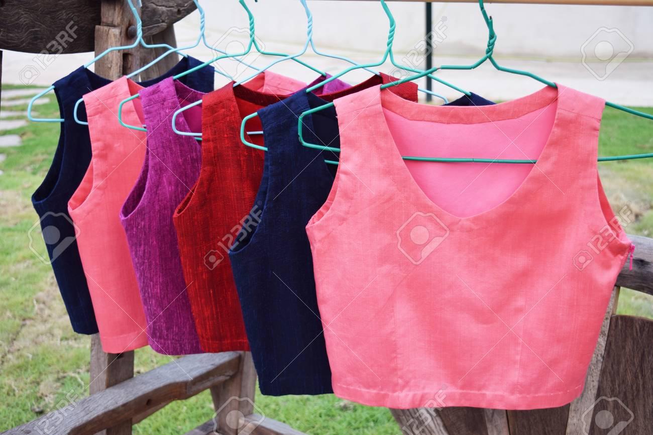 Reihe Von Weiblichen Farbenprächtigen Farben Aufhängen Lizenzfreie