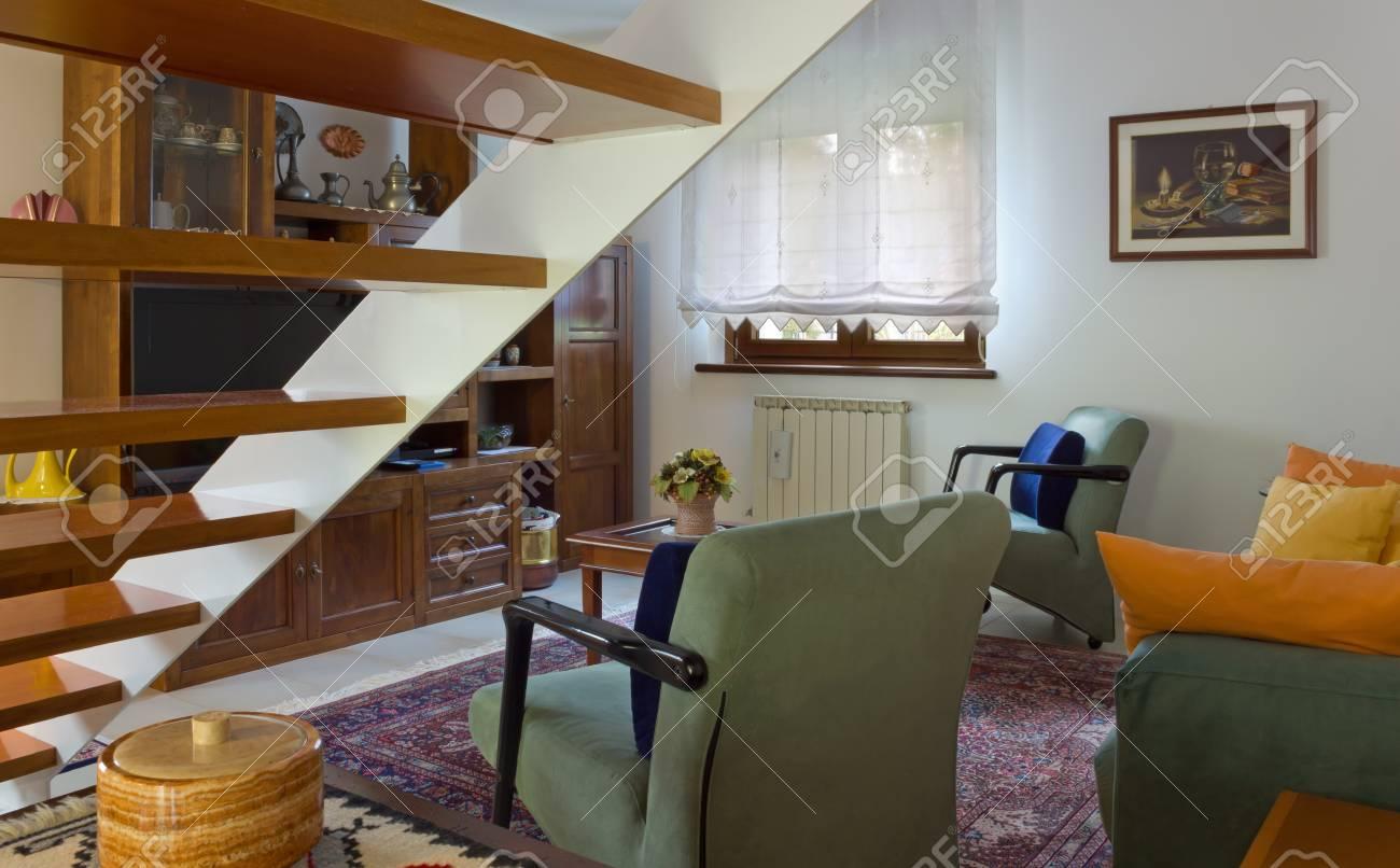 https://previews.123rf.com/images/emmeci74/emmeci741710/emmeci74171000003/87446961-italiaanse-klassieke-woonkamer-naast-een-houten-trap.jpg