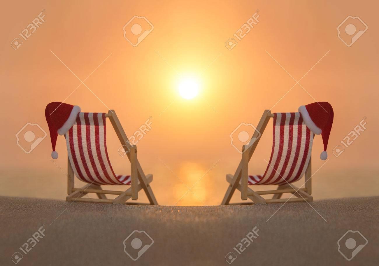 Longues Coucher Deux Chaises SoleilHappy Romantique L'océan Du Plage Pour Père Sur Blanc Au Rayé Noël De Chapeaux Couple Rouge TPwkilXZOu