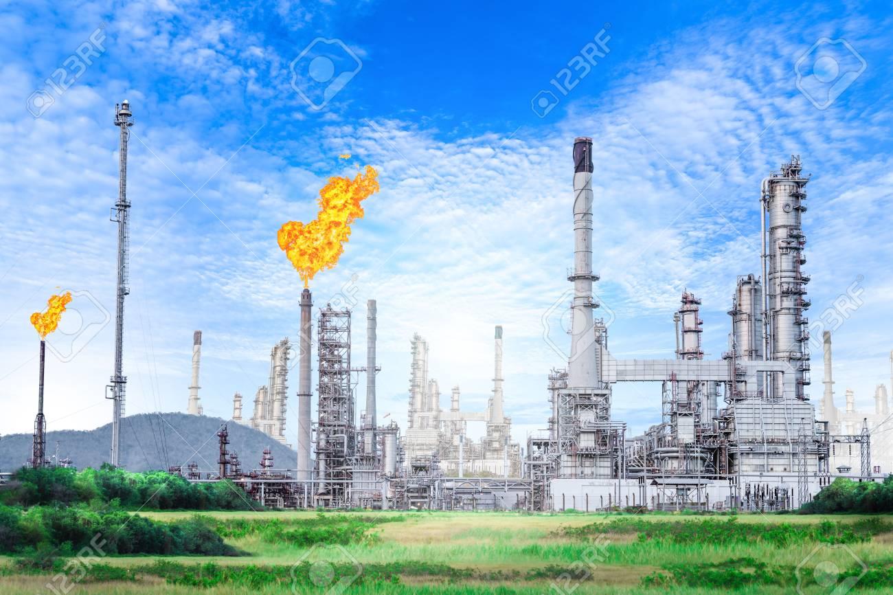 青空背景には、石油化学プラント、石油上のフレア スタックと石油と ...