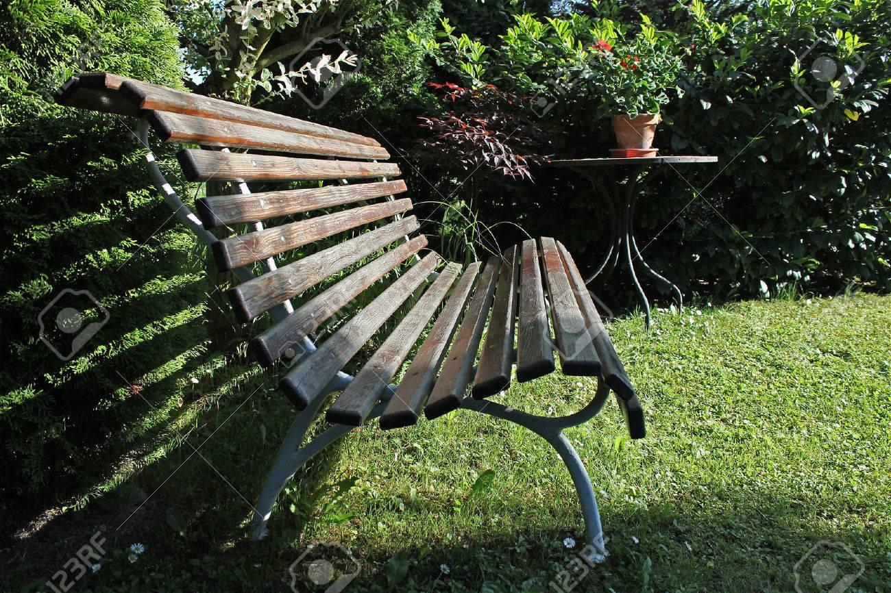 Vieux Banc De Jardin vieux banc de bois dans le jardin privé, un banc au soleil, contrastant  jardin verdoyant