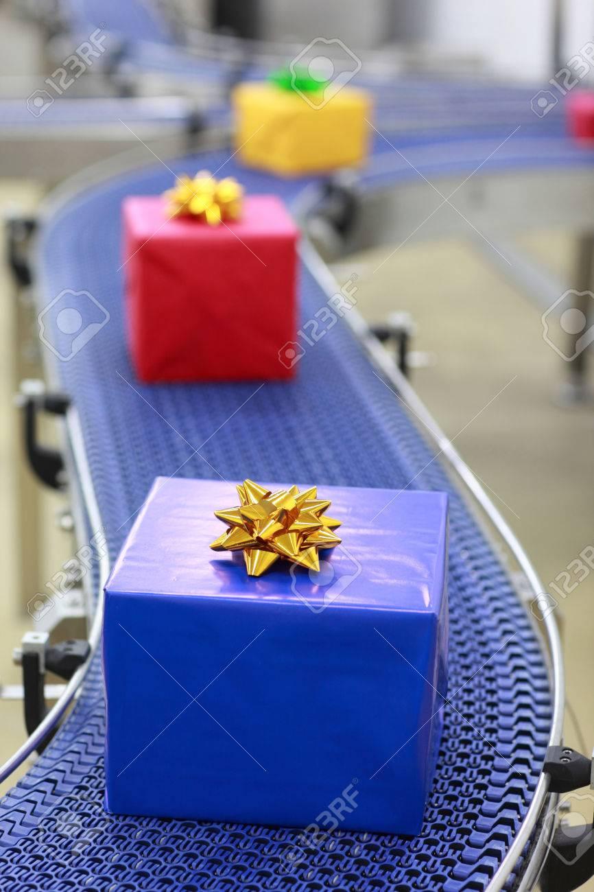Geschenke Auf Dem Förderband In Weihnachtsgeschenke Fabrik ...