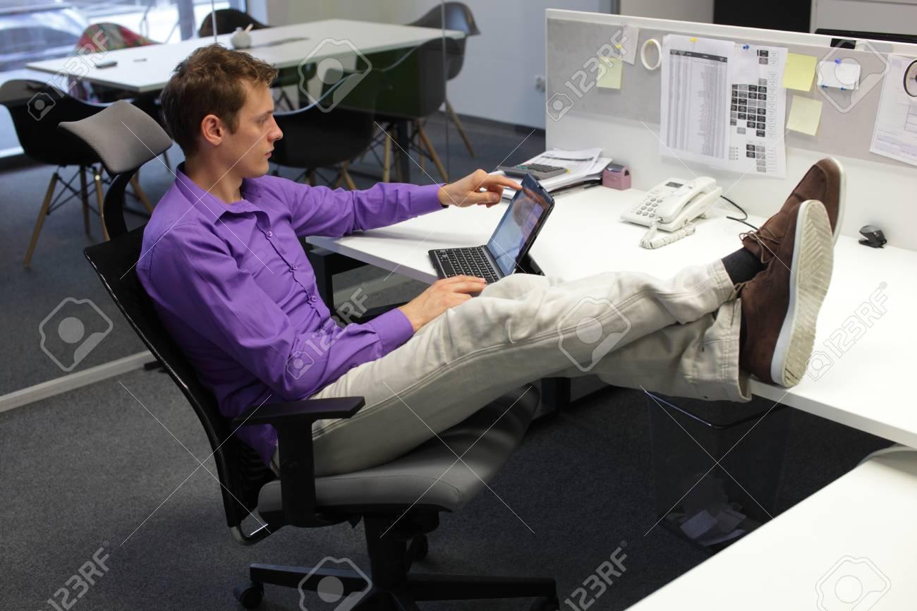 Jeune caucasien homme d affaires dans son bureau de travail avec