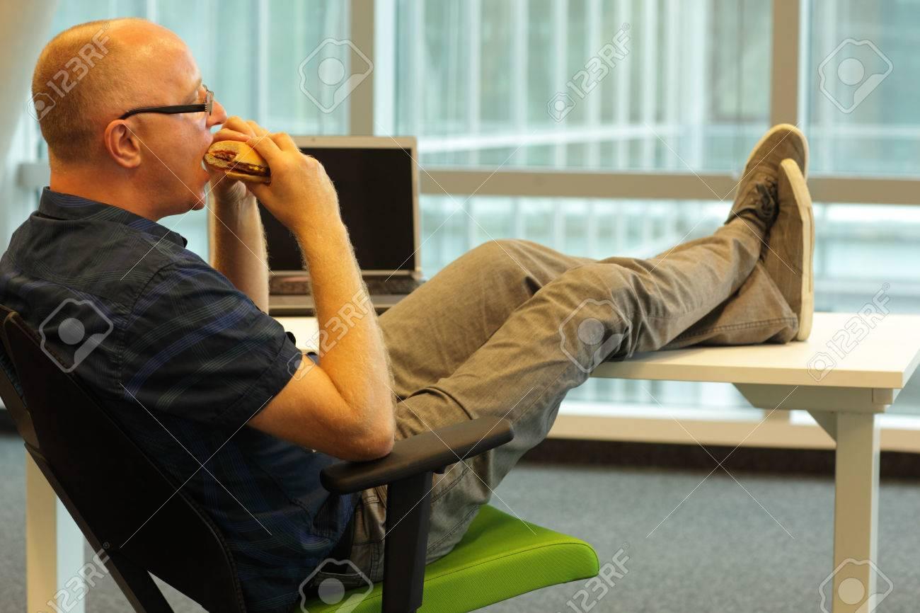 Posizione Scrivania Ufficio : Medio caucasici di età donna seduta in posizione rilassata alla