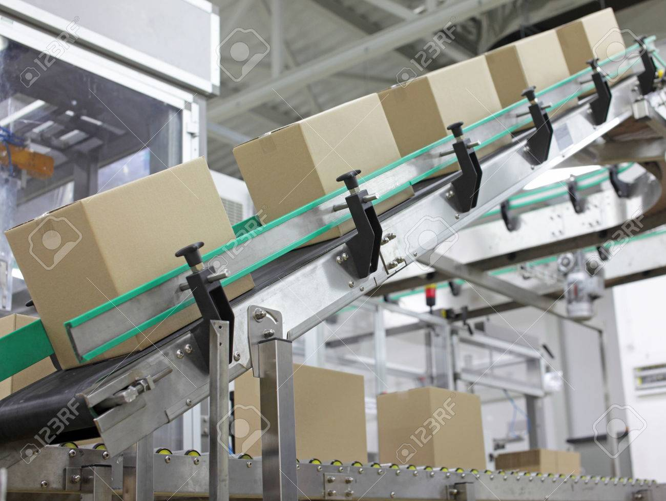 Automation - Cardboard boxes on conveyor belt in factory - 75780466