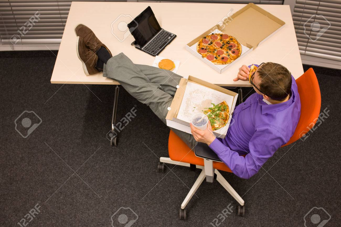 Grand appétit au bureau pause homme pour les pizzas banque d