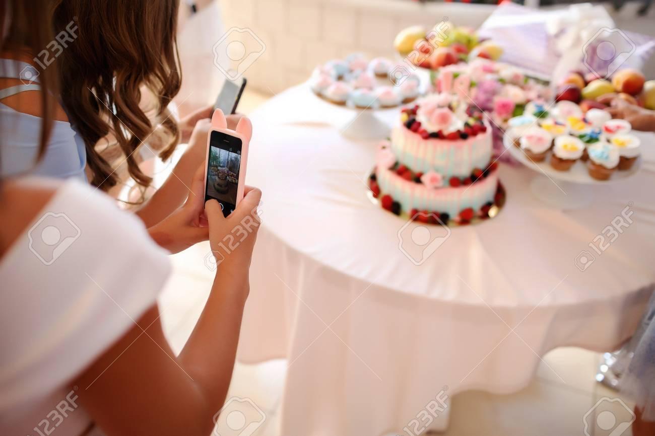 Kreativer Design Susser Tisch Mit Kuchen Und Cupcake Geburtstag