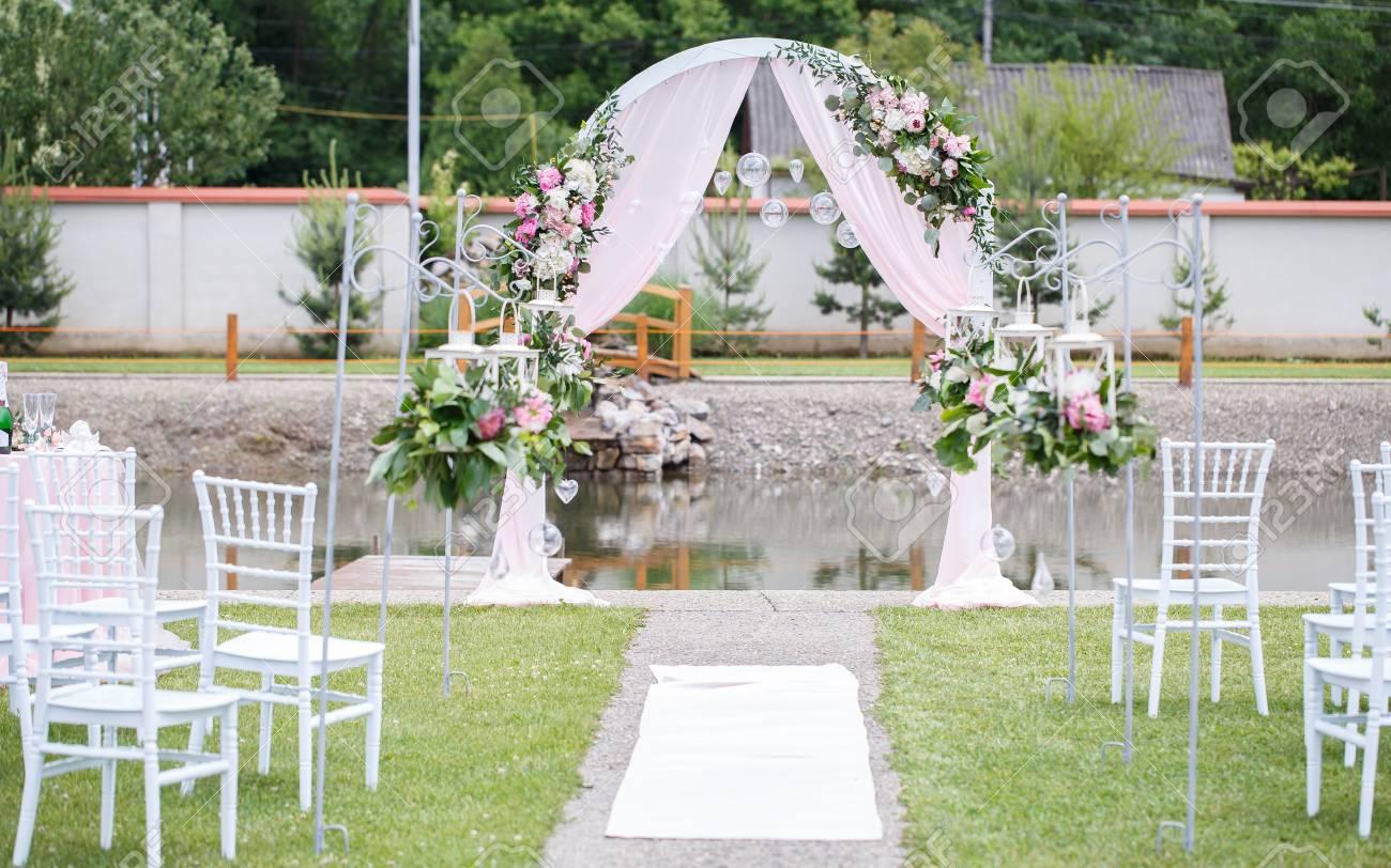 Romantische Und Zarte Dekoration Fur Hochzeit Trauung Im Freien