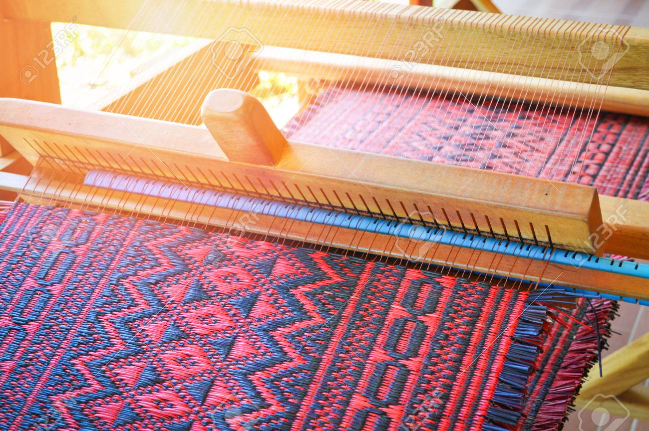 traditional weaving loom for carpets fabric / weaves clothes