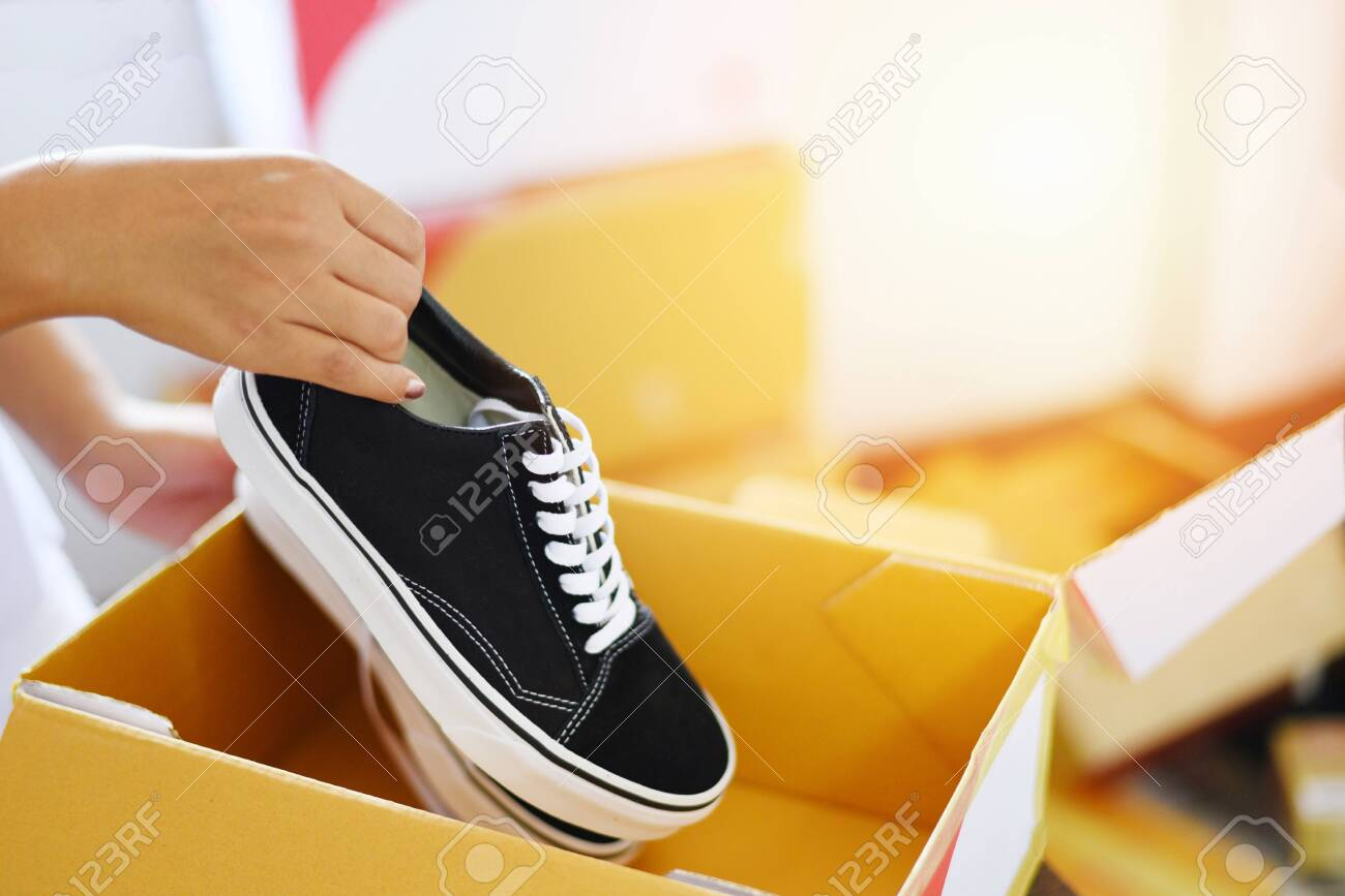 Shopping / Woman Packing Shoes Sneakers
