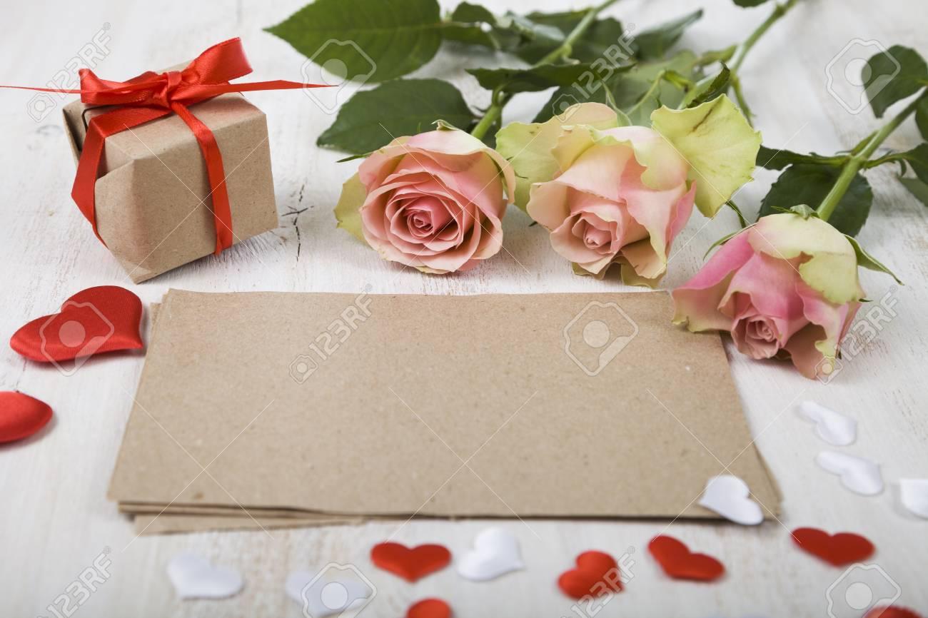 Rosa Rosen Geschenk Und Herzen Auf Einem Holzernen Hintergrund