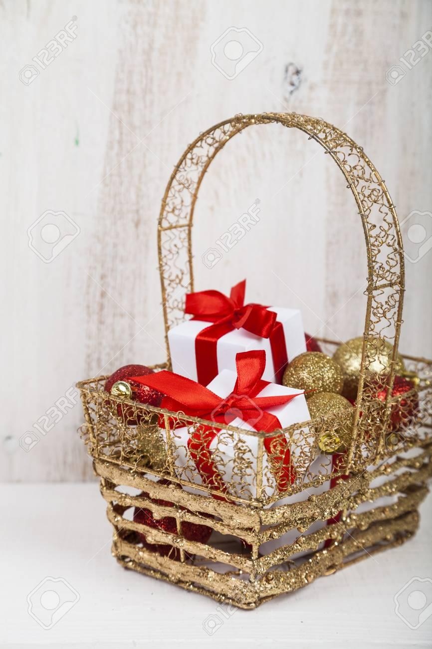 Geschenke Mit Roten Bögen Und Weihnachtsdekorationen In Einem Korb ...