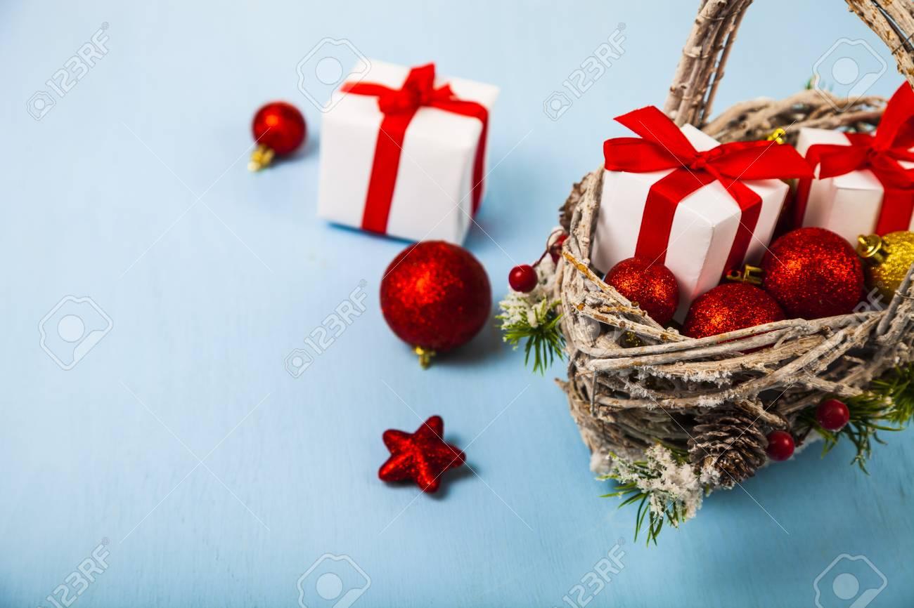 Korb Mit Weihnachtsgeschenken Auf Einem Blauen Hintergrund ...