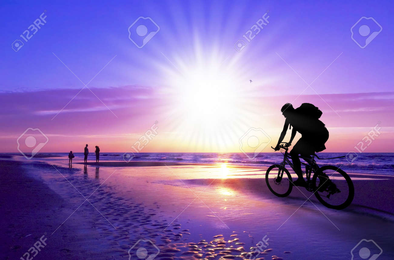 silhouette of a mountain biker on beach and sunset Standard-Bild - 6462839