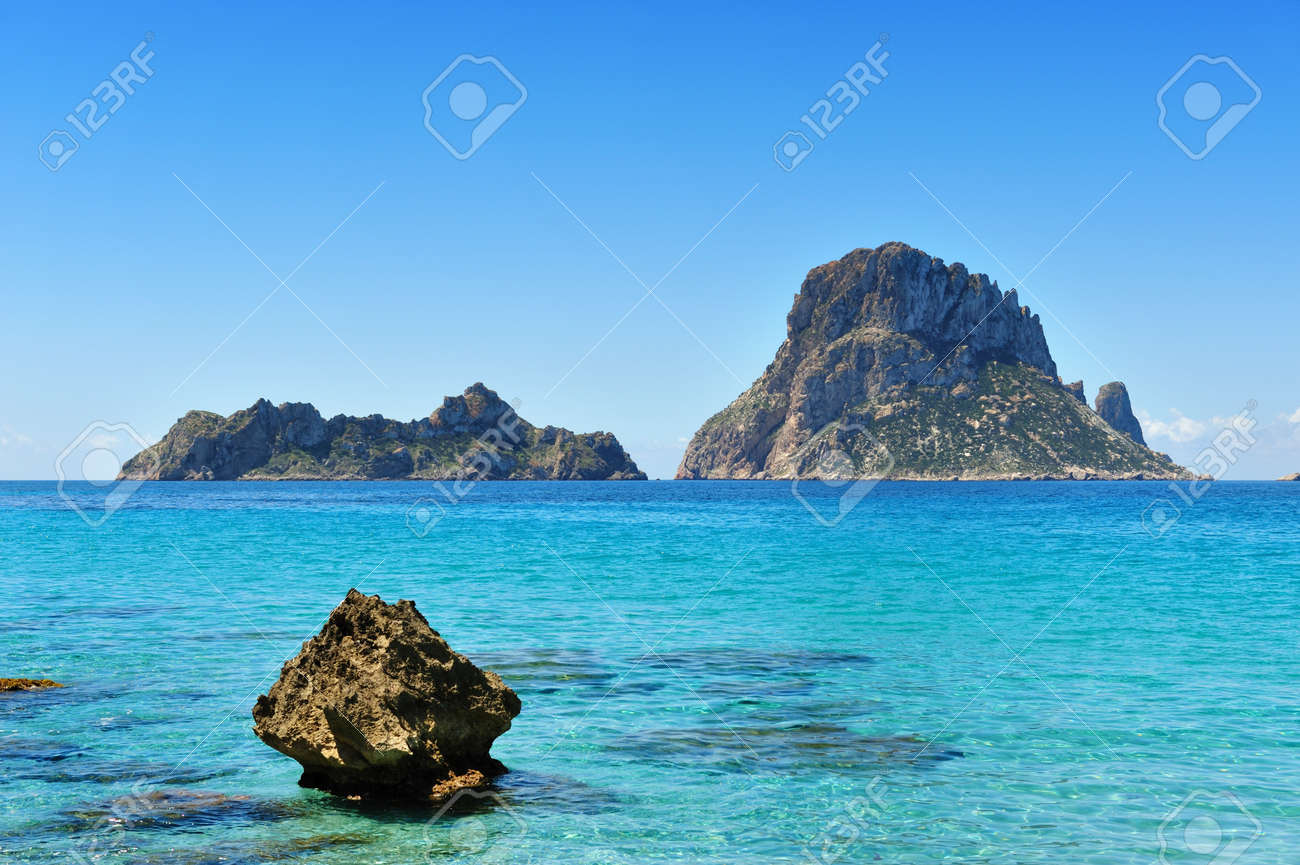 The islands and turquoise waters Es Vedra Cala d'Hort Ibiza Spain Standard-Bild - 7072672