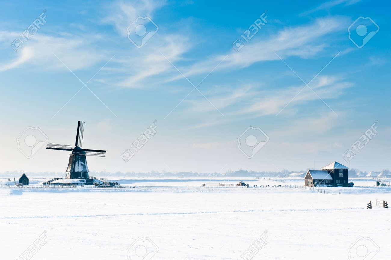 Beautiful winter windmill landscape in Oosthuizenthe Netherlands Standard-Bild - 8811914