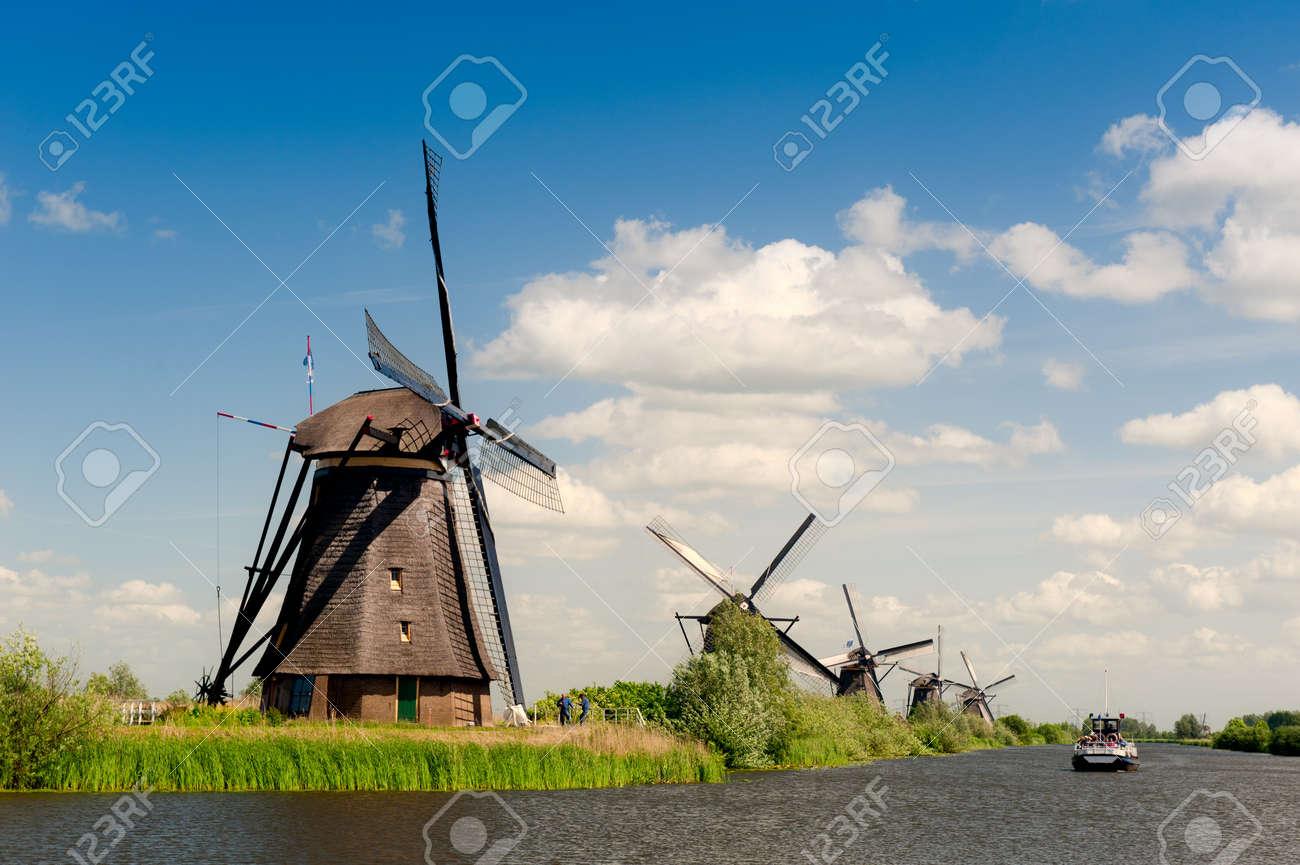 Windmühle Landschaft bei Kinderdijk in der Nähe von Rotterdam Niederlande Standard-Bild - 9749469