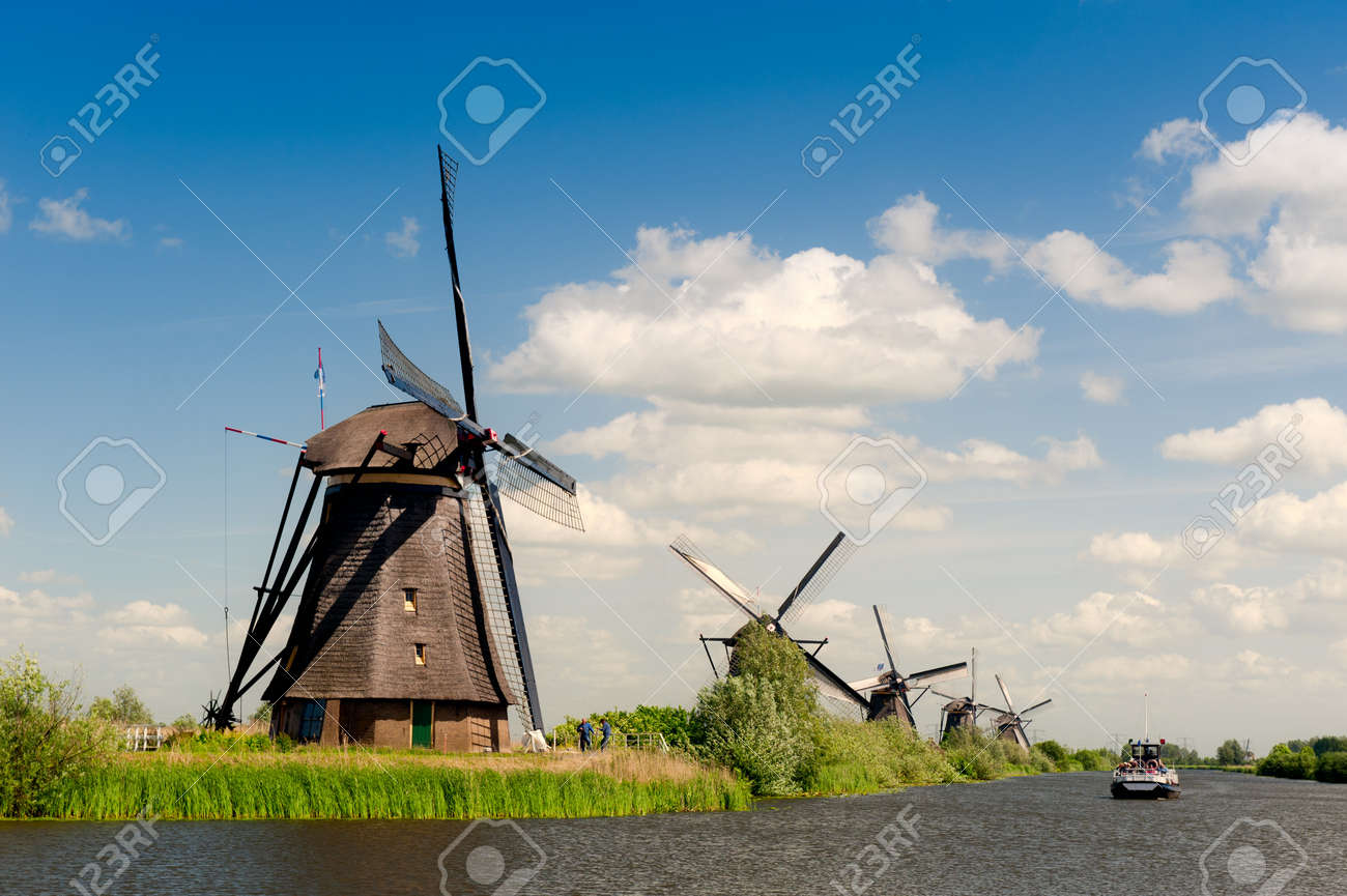 Windmill landscape at Kinderdijk near Rotterdam The Netherlands Standard-Bild - 9749469