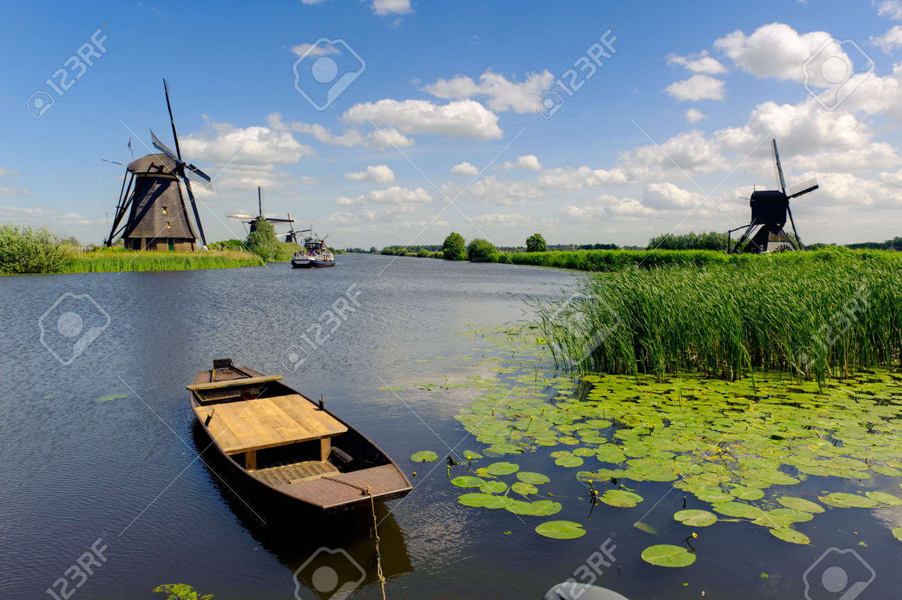 Windmill landscape at Kinderdijk near Rotterdam The Netherlands Standard-Bild - 9751066
