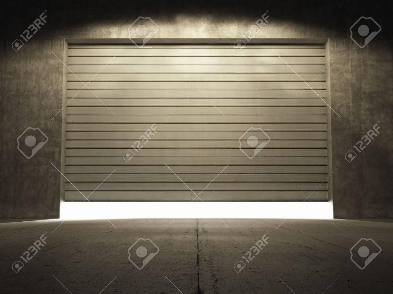 スポット ライトを照らすドアをロールで汚れたコンクリートの建物