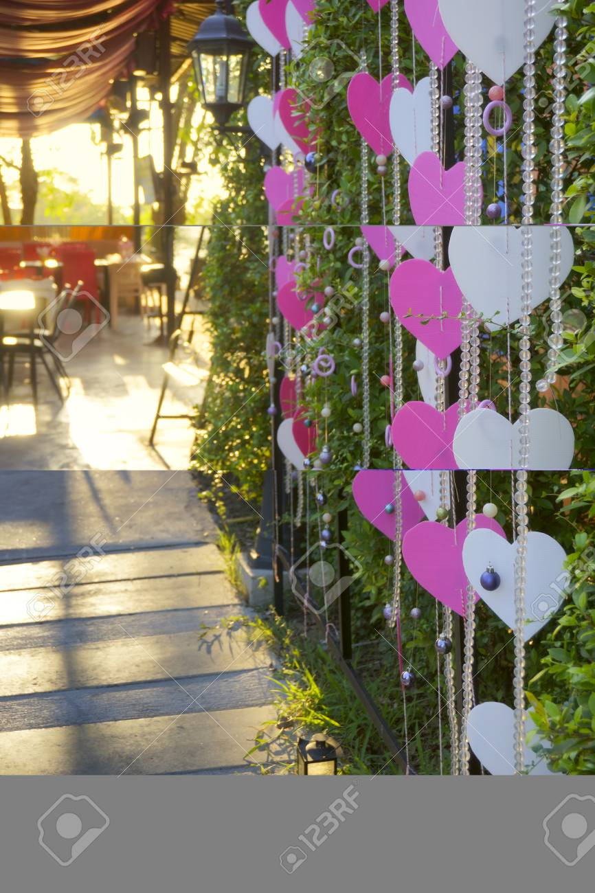 Décoration de mariage ou décoration de fête dans un jardin décoré de cordes  de symbole de coeur en couleur blanche et rose
