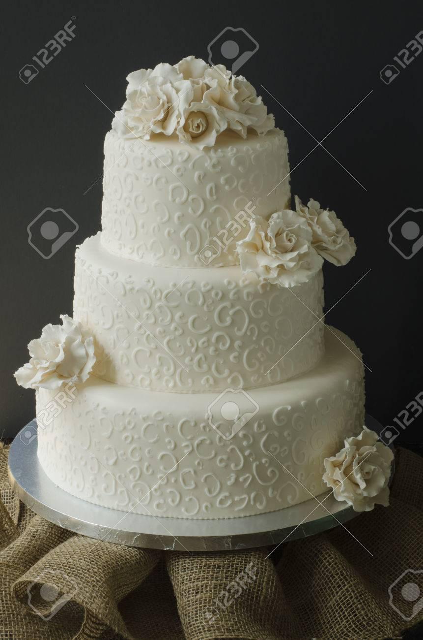 Weisse Hochzeitstorte Mit Weissem Zuckerrosen Und Vereisung Spitze