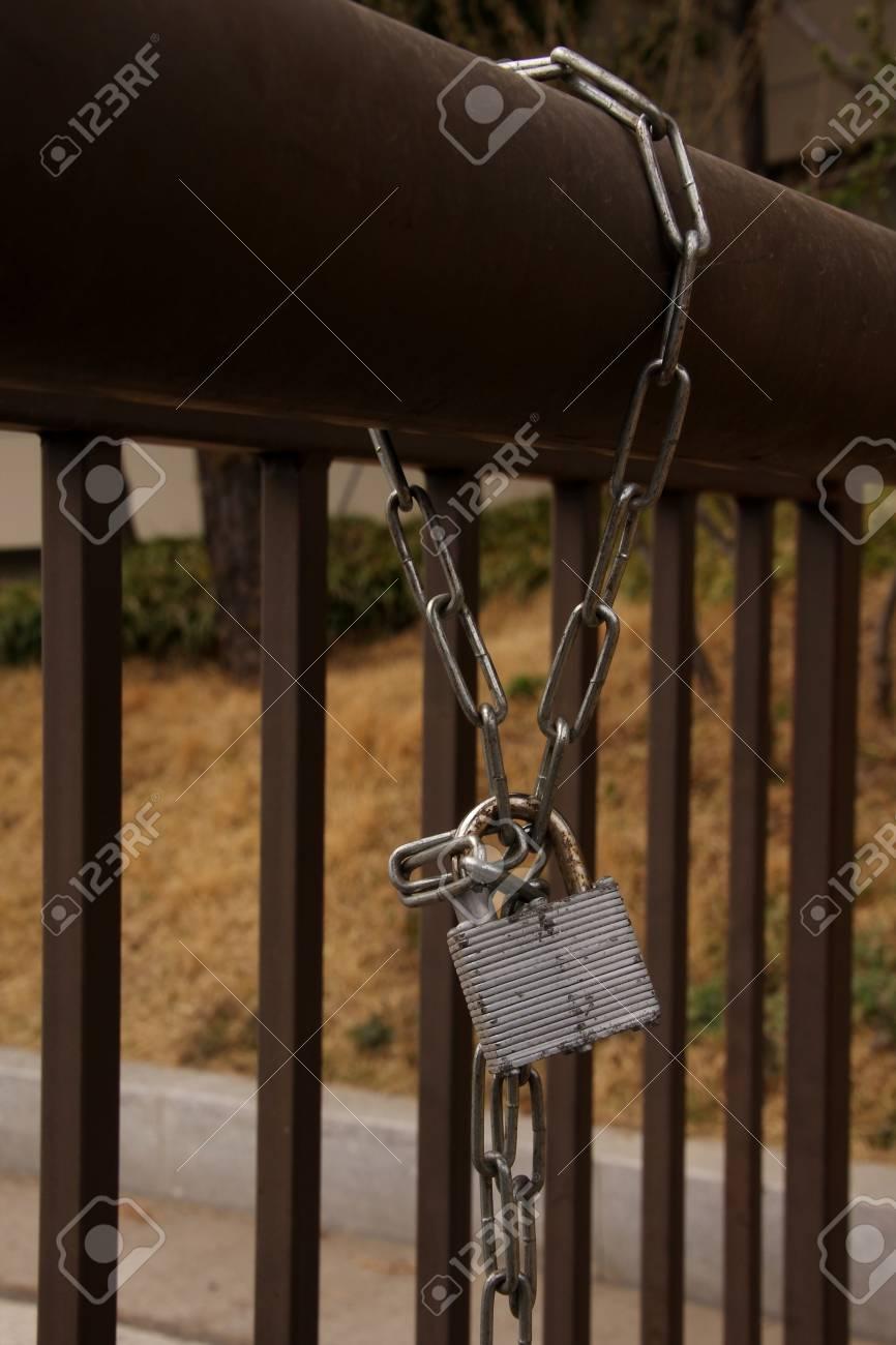 Ein Metallschloss Vorhängeschloss Und Kette Auf Zaun In Einem Garten ...