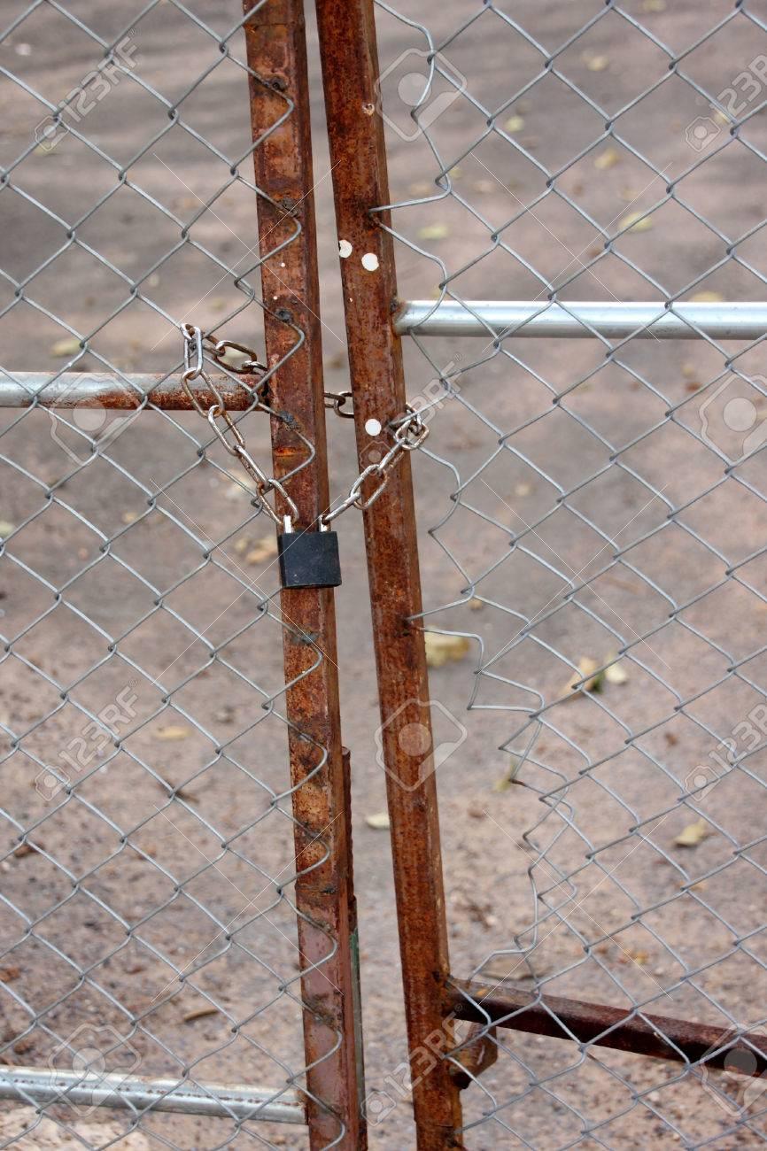 Einen Metallischen Vorhängeschloss Und Kette Verriegelung Am Zaun ...