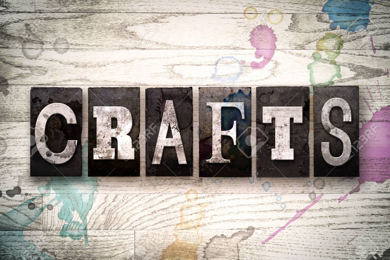 La Palabra Artesanías Escrita En Tipografía Vintage De Tipo Sucio De Tipografía Sobre Un Fondo De Madera Encalada Con Tinta Y Manchas De