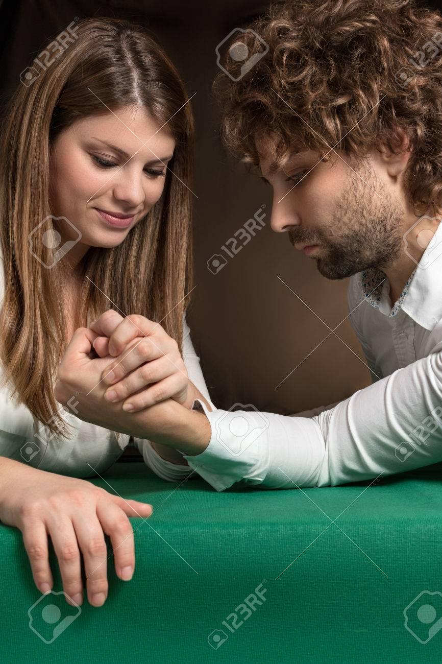 Gegen armdrücken frau mann Armdrücken: Frau