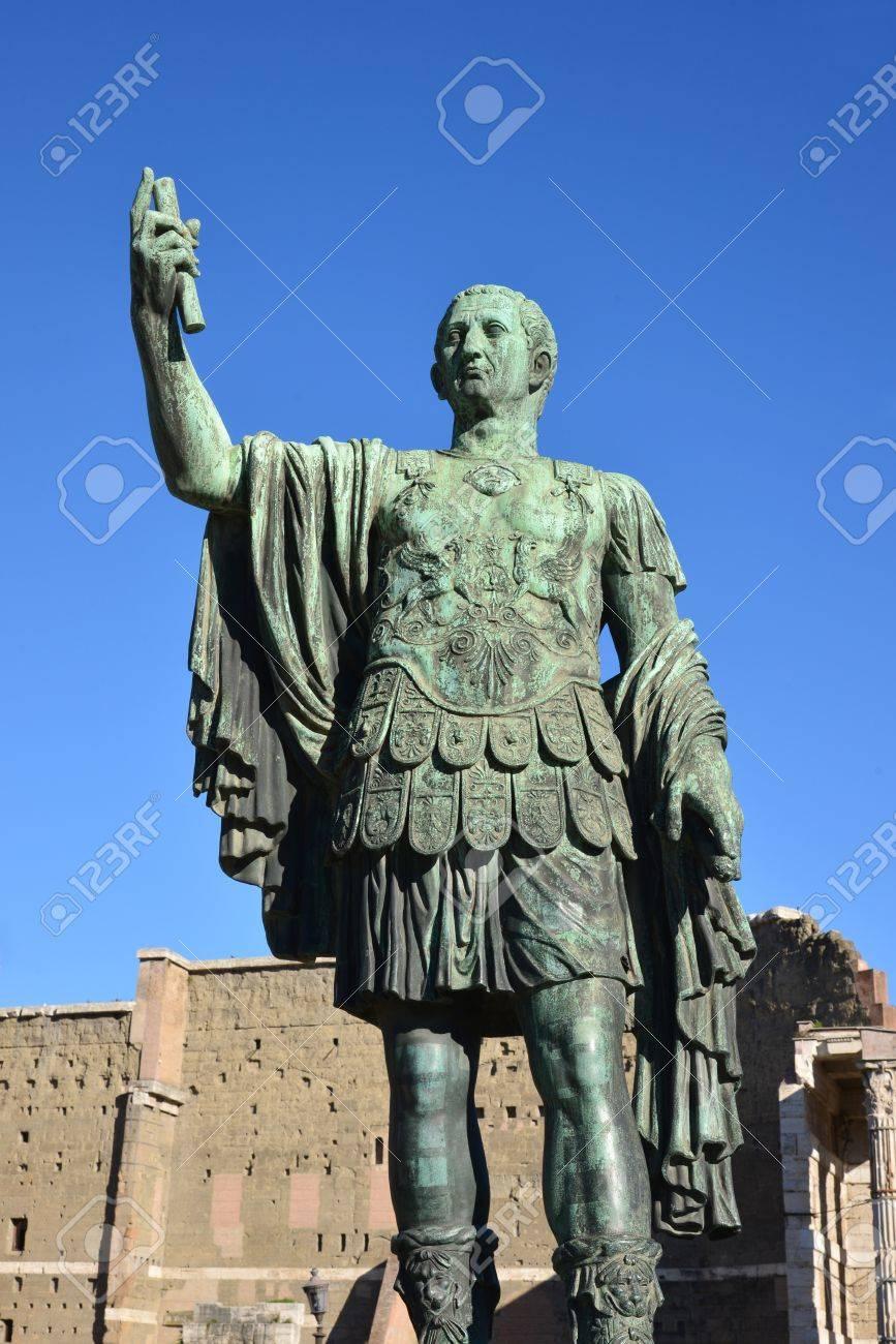 Estatua De Julio César, Emperador De Roma Fotos, Retratos, Imágenes Y Fotografía De Archivo Libres De Derecho. Image 17092813.
