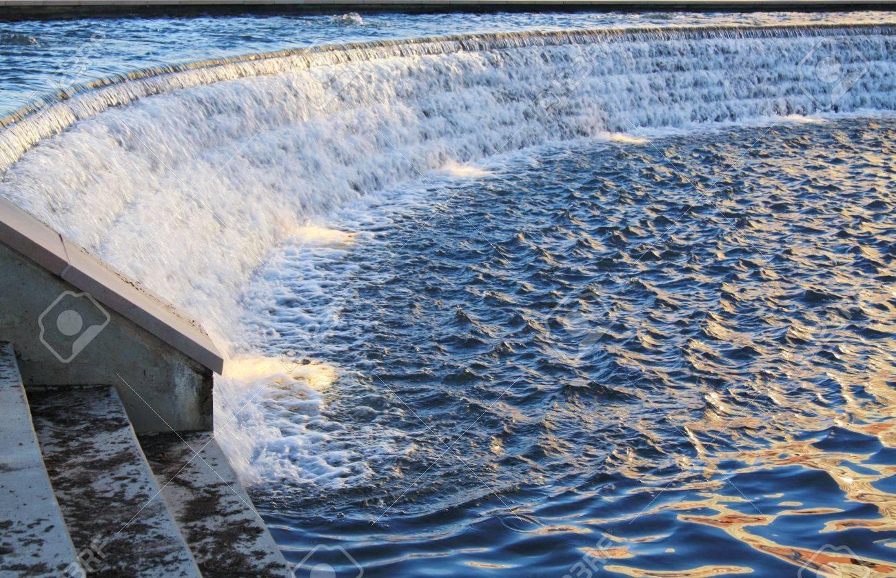 Ein Mann Gemacht Wasserfall Und Pool Mit Licht Späten Nachmittags.  Standard Bild   4563073