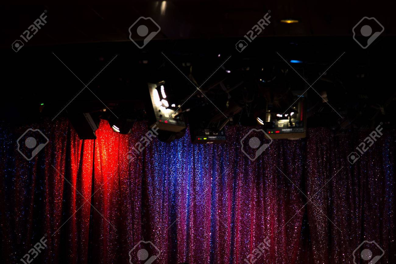 rood blauw purper gordijn op leeg stadium met heldere lichte vlekken glanzende sterren evenement scne