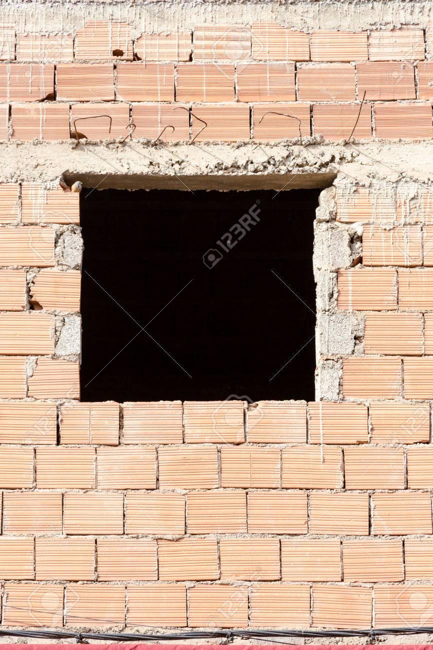 Hueco De Ventana En La Casa De Construcción Sin Procesar. Vista ...