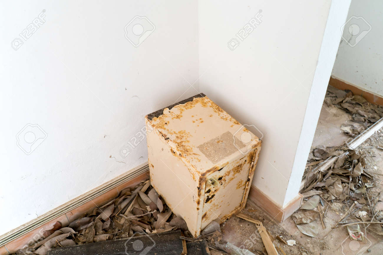 Worn down damage jewelry safe case - 152079989