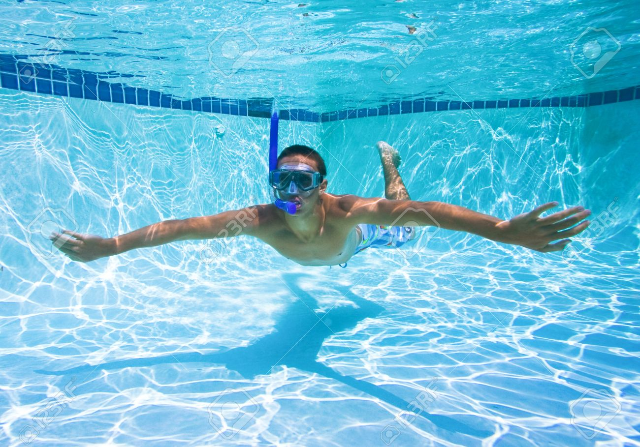 Exceptionnel Young Man Swimming In Pool Underwater Stock Photo   11946005