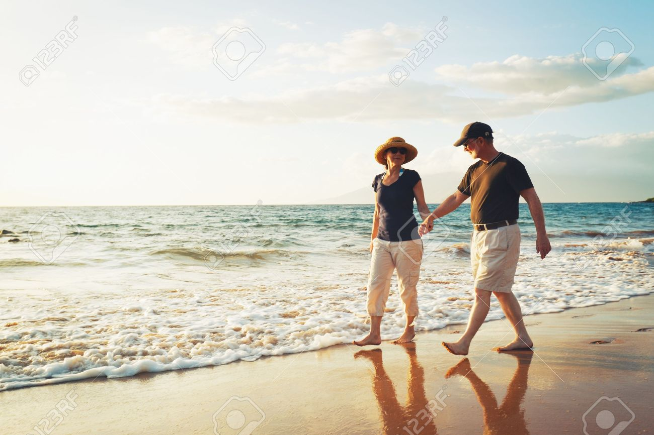 Senior Couple Enjoying Sunset at the Beach Standard-Bild - 13045467