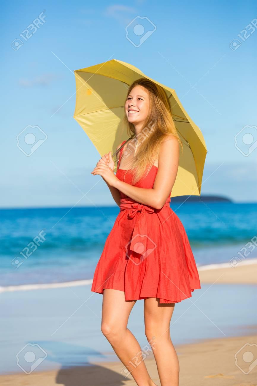 banque dimages belle jeune femme marchant sur la plage tropicale avec le parapluie color - Parapluie Color