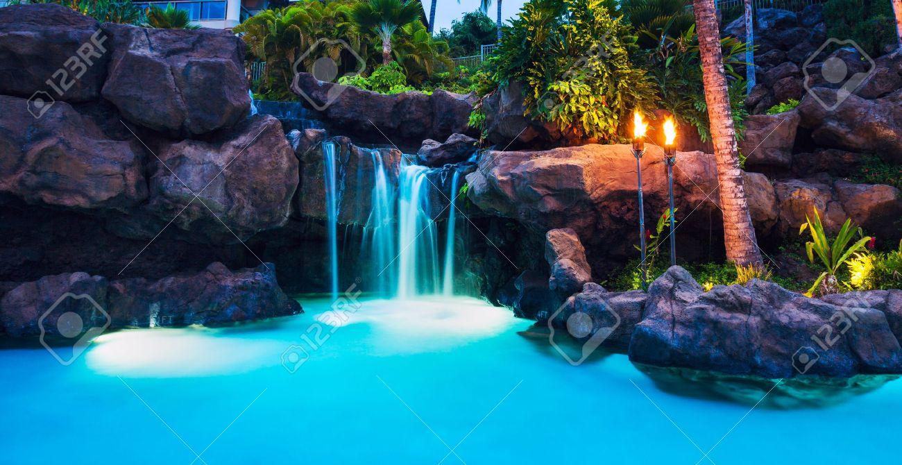 Bien connu Tropical Resort Piscine Et Cascade Au Coucher Du Soleil à Hawaii  YN67