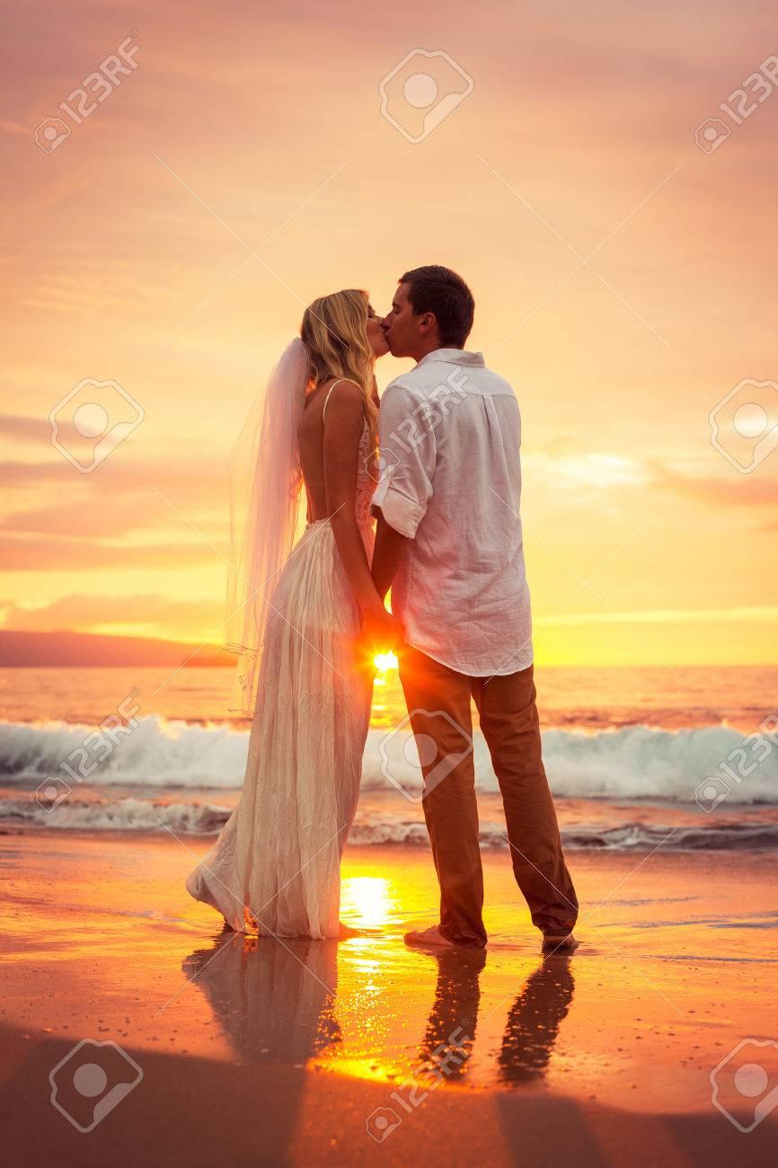 Gerade Verheiratetes Paar Kussen Auf Tropischen Strand Bei