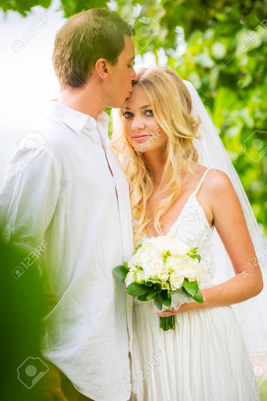 Verheiratet Paar, Braut Und Bräutigam Heiraten, Tropische Hochzeit ...