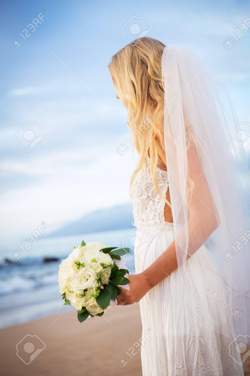 Schöne Braut Im Brautkleid Mit Blumen Bei Sonnenuntergang Am ...