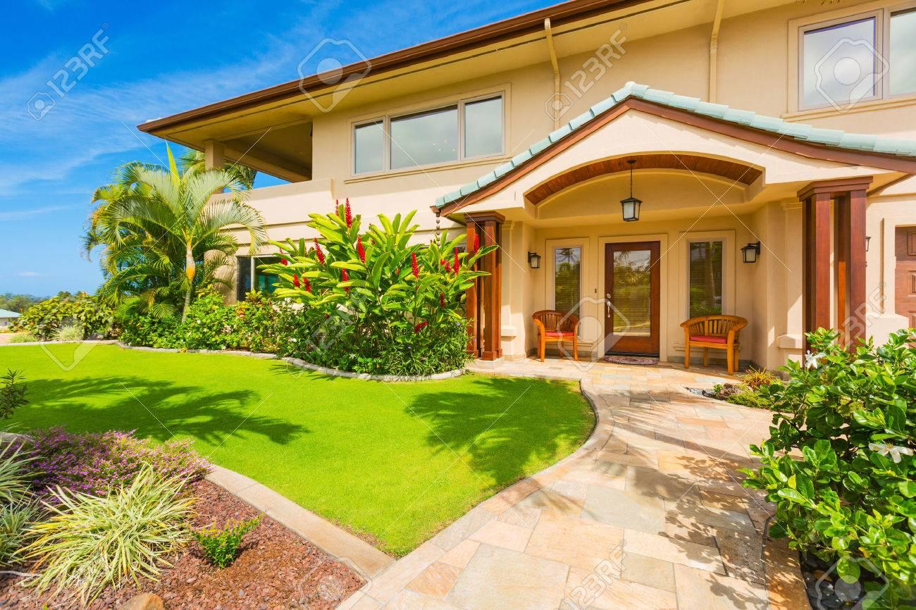 Beautiful Home Außen, Luxus-Haus, Sunny Blue Sky Lizenzfreie Fotos ...