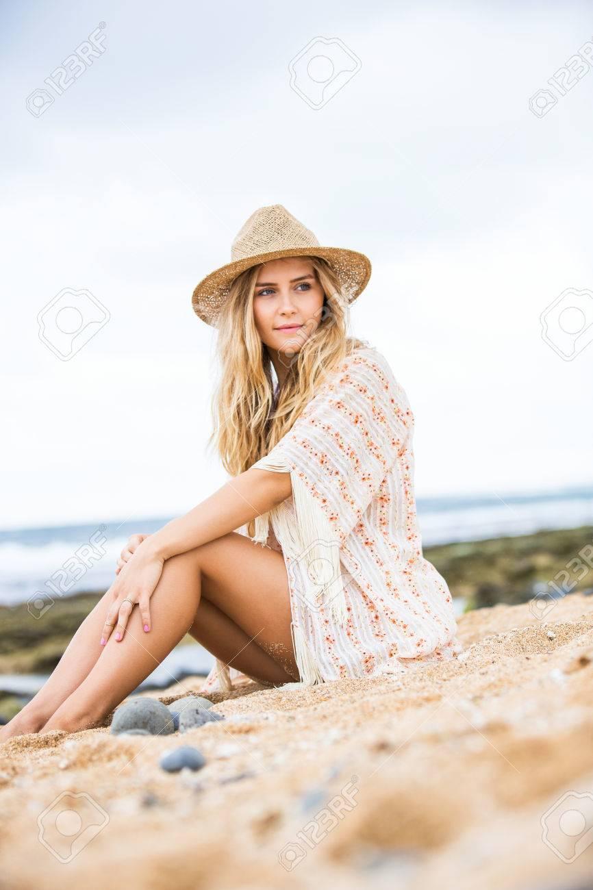 Banque d images - Style de vie de mode, Belle jeune femme à l extérieur  portrait. Soft couleurs chaudes. aa6eab7d0230