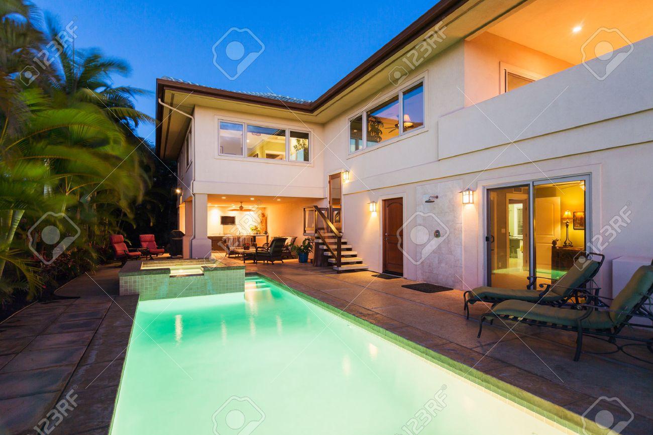 Casa di lusso con piscina e vasca idromassaggio al tramonto foto ...