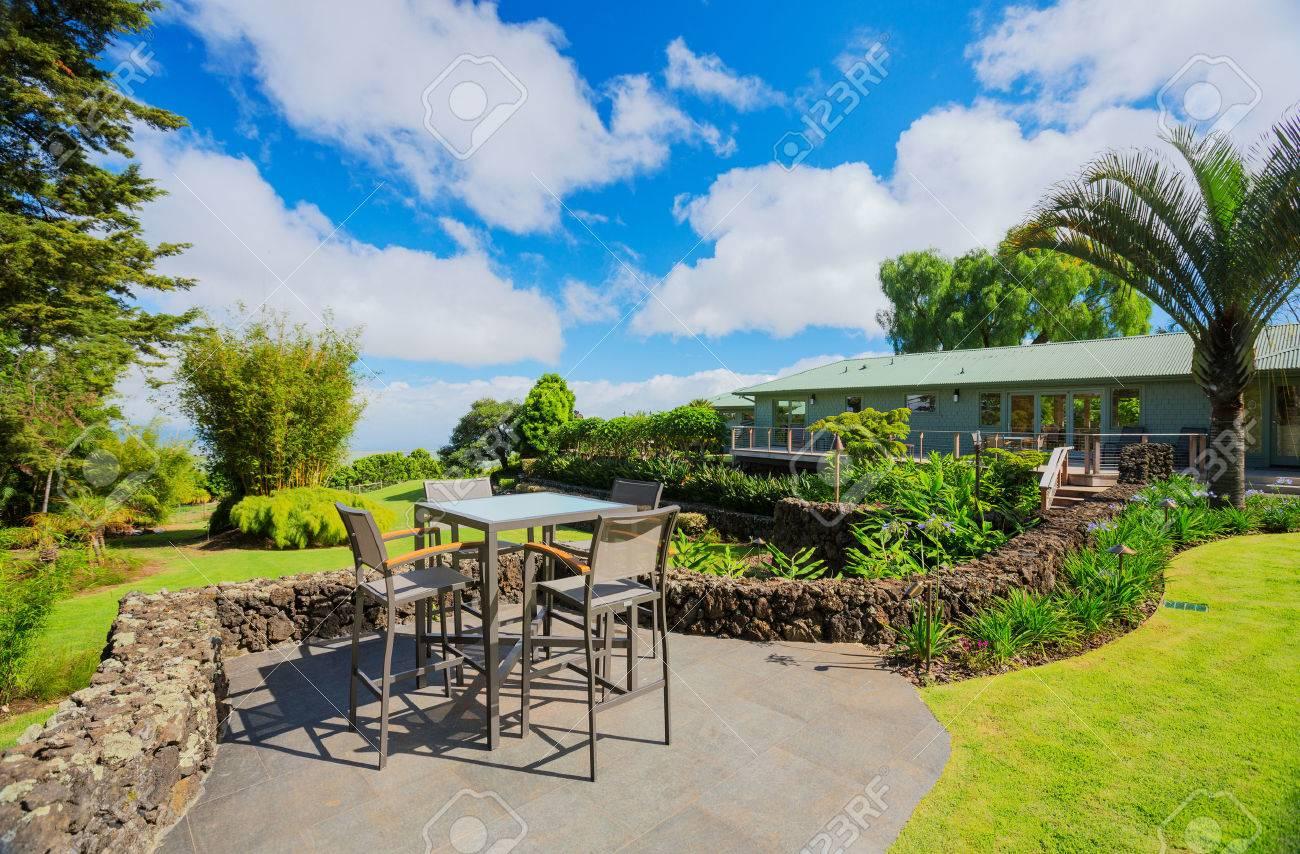Deck Terrasse Mit Liegestuhlen Und Blick Auf Den Garten Auf Luxus