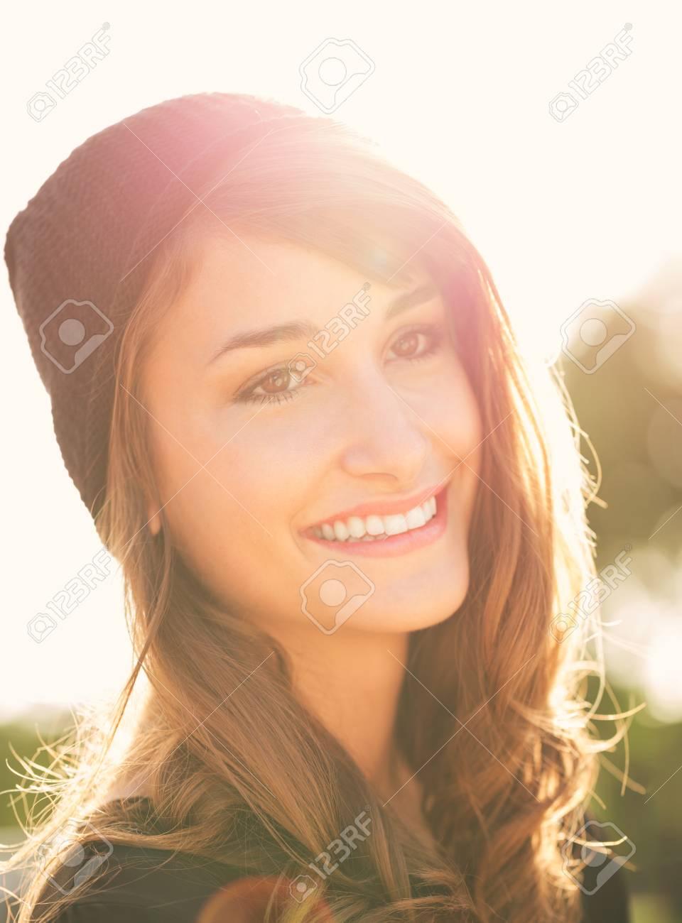 Banque d images - Mode portrait de belle jeune femme à l extérieur, des  tons de couleurs chaudes et ensoleillées 9377955e6597