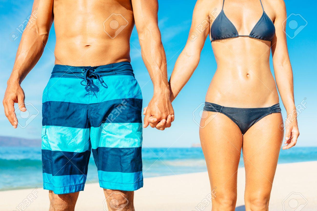 Fit Atractiva En Playa De Baño Pareja Traje La Agarrados Mano 9ED2IWHY