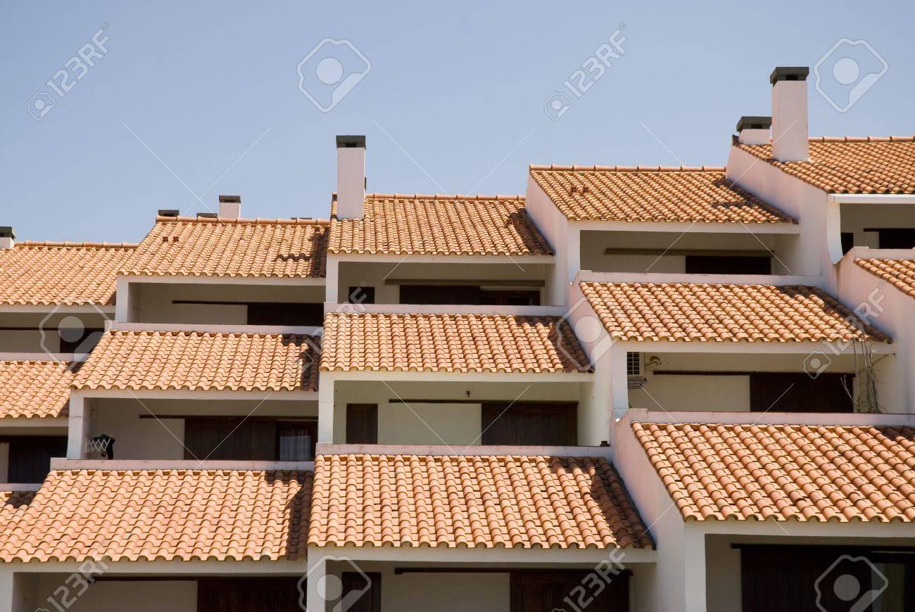 color techos un bloque de flates cerca de la playa foto de archivo