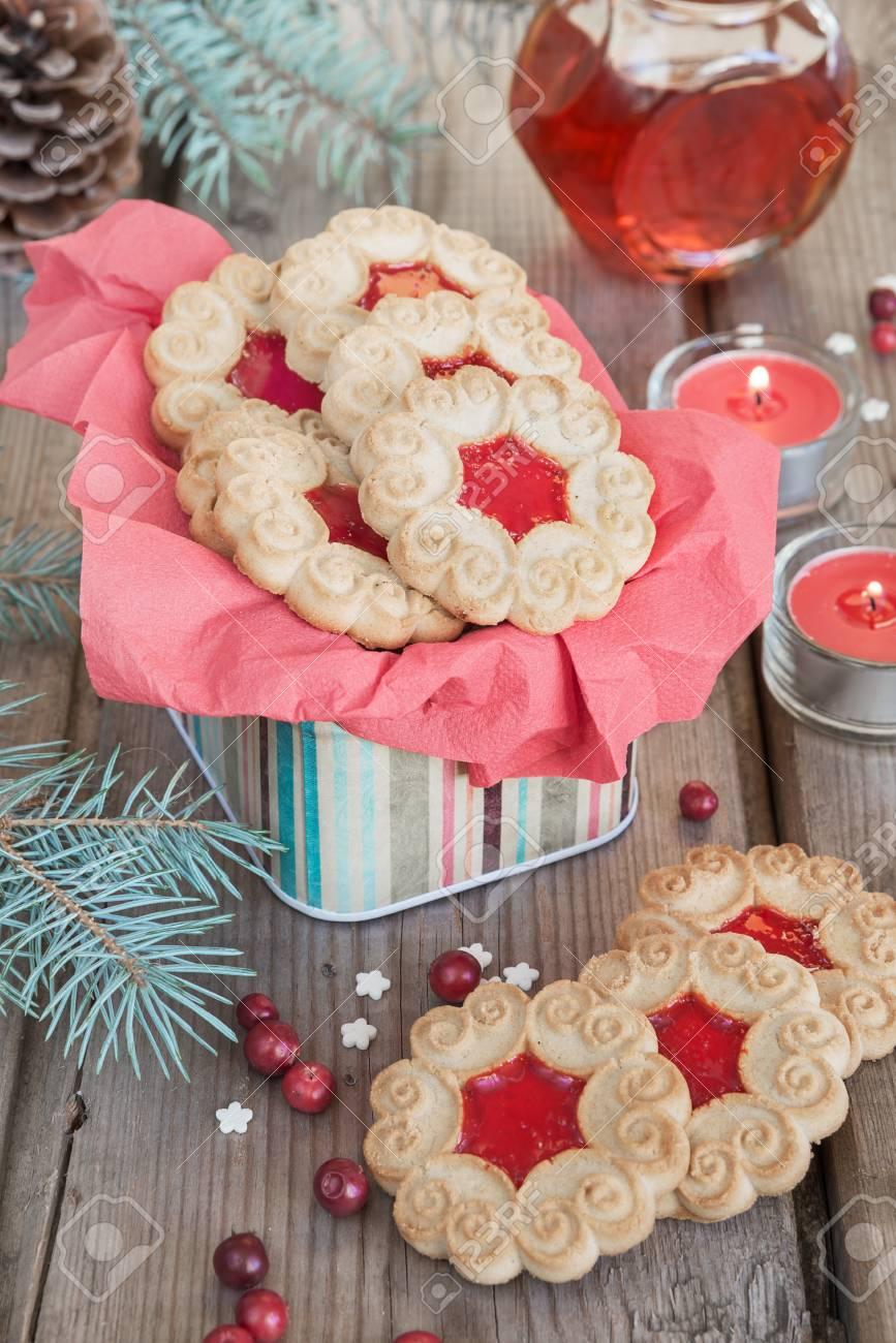 Biscotti Di Natale Con Marmellata.Biscotti Dolci Di Natale Con Marmellata Rosso Rami Di Abete E Coni Mirtilli Rossi Twu Bruciando Candele E Vaso Di Marmellata Sul Vecchio Tavolo Di